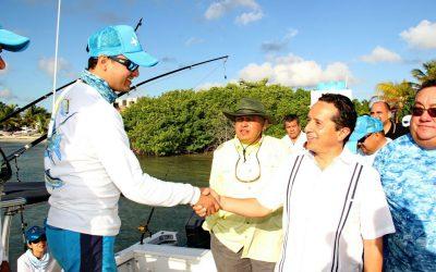 """((FOTOS)) Carlos Joaquín da el Disparo de Salida del 5t° Torneo Internacional de Pesca Deportiva """"Wahoo de Plata""""."""