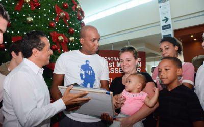 ((FOTOS)) El Gobernador Carlos Joaquín recibe en la terminal número 3 del Aeropuerto Internacional de Cancún, al pasajero número 21 millones.
