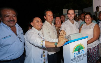 ((FOTOS)) El Gobernador Carlos Joaquín inaugura del alumbrado público de la Col. Forjadores Fase I. En Playa del Carmen.