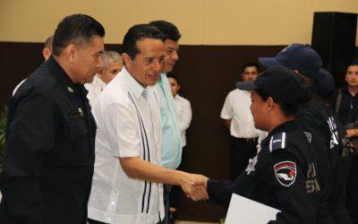 ((FOTOS)) El Gobernador Carlos Joaquín entrega constancias a agentes que concluyeron la segunda y tercera fase de la certificación policial