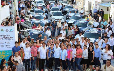 ((FOTOS)) El Gobernador Carlos Joaquín preside la entrega de parque vehicular en Playa del Carmen, Solidaridad.