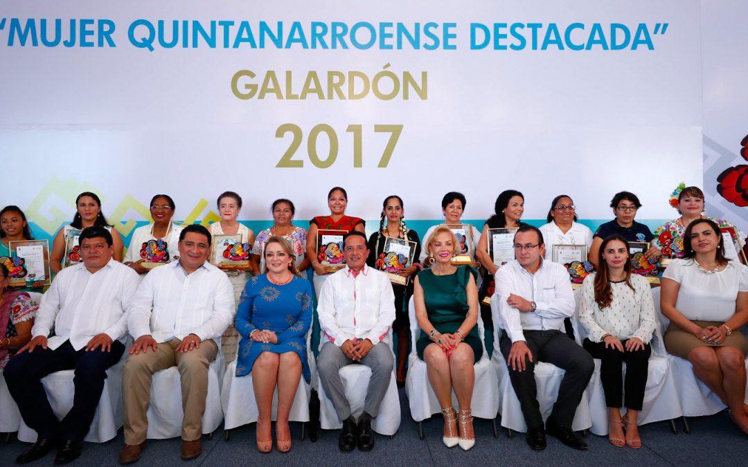 """((VIDEO)) El Gobernador Carlos Joaquín entrega reconocimientos """"Mujer Quintanarroense Destacada 2017""""."""