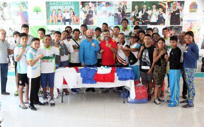 Titular de la COJUDEQ hace entrega uniformes a la selección de Box que participará en la etapa regional de Olimpiada