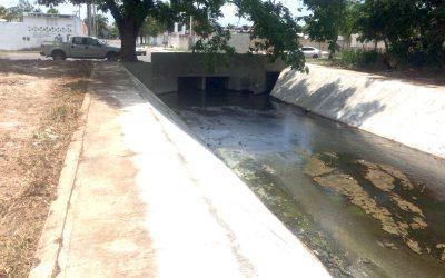 Avanzan trabajos coordinados de limpieza y desazolve de canales pluviales en Chetumal