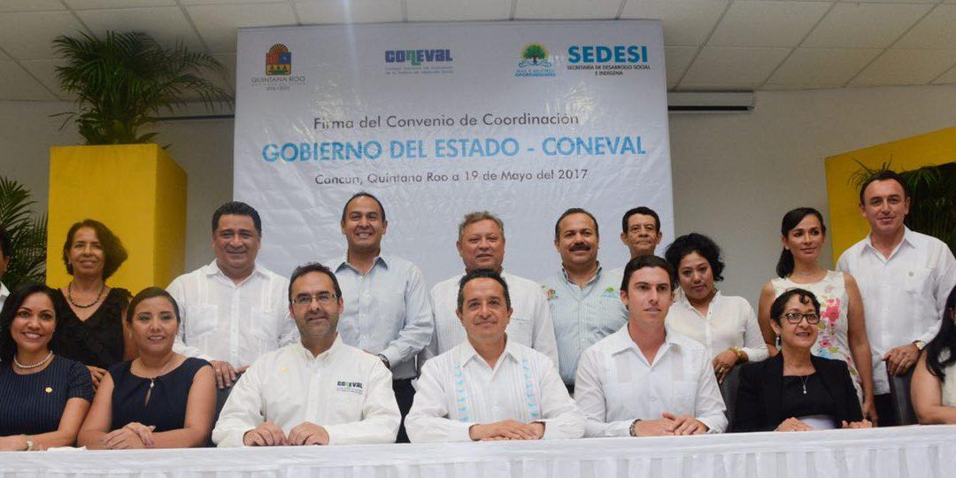 Carlos Joaquín firma un convenio con el Coneval para tener la certeza, medible y tangible, que los programas y proyectos benefician a la gente
