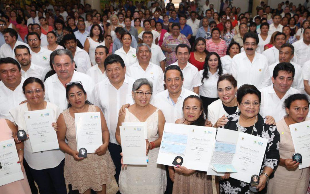 ((FOTOS)) El Gobernador Carlos Joaquín entrega reconocimientos a docentes con 30 y 40 años de servicio educativo en el Día del Maestro