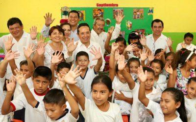 """((VIDEO)) Mensaje del Gobernador Carlos Joaquín en la ceremonia cívica escolar en la escuela primaria """"Guadalupe Victoria"""". Chetumal"""
