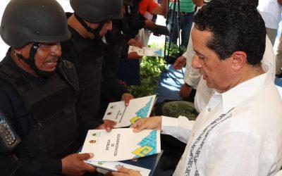 ((FOTOS)) Carlos Joaquín en la entrega de reconocimientos y autobús de transporte e inauguración de área de psicología policial en la SSP.