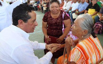 Carlos Joaquín atiende en Cancún las demandas de la gente
