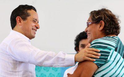 ((FOTOS)) Carlos Joaquín atiende en Cancún las demandas de la gente