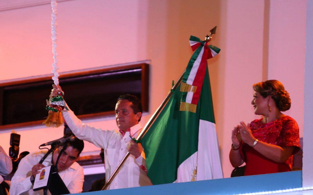 ((VIDEO)) El Gobernador Carlos Joaquín en el Grito del inicio de la Independencia de México. Chetumal.