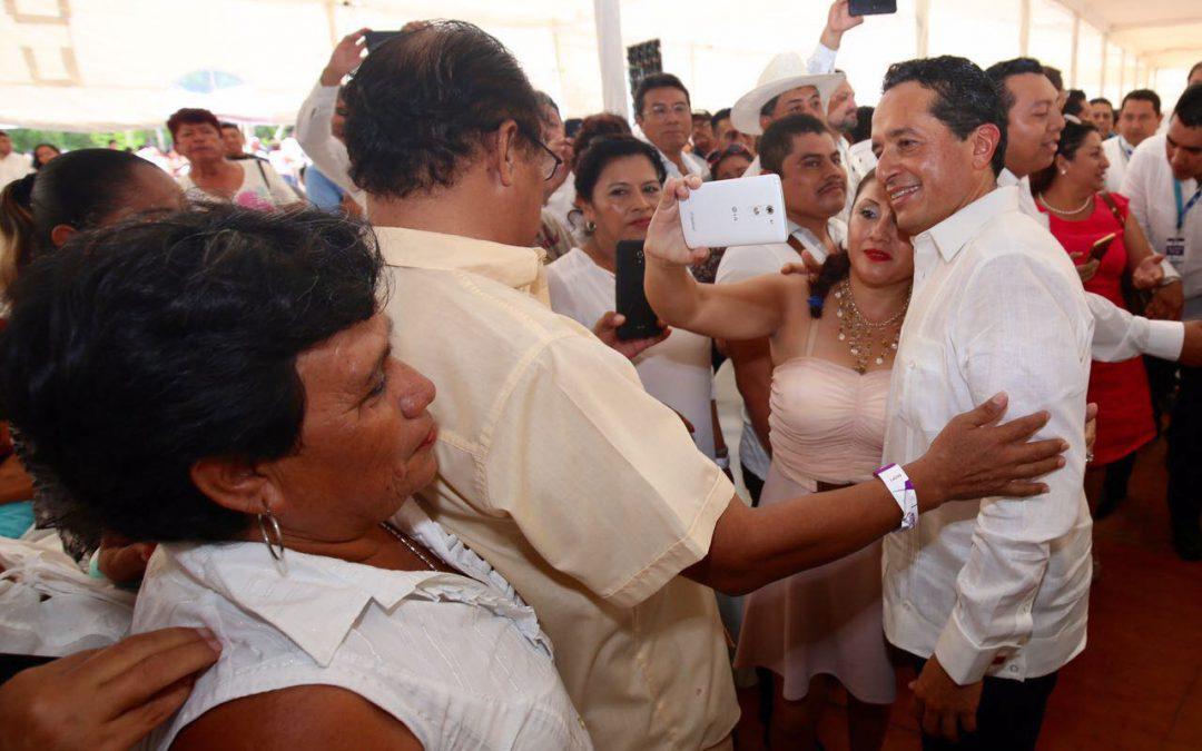 ((FOTOS)) El Gobernador Carlos Joaquín saluda a ciudadanos que asisten al Primer Informe de Gobierno