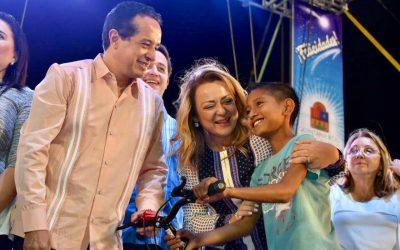 ((FOTOS)) El Gobernador Carlos Joaquín acompañado de la Presidenta del Sistema Estatal DIF Quintana Roo, la señora Gaby Rejón de Joaquín, encabeza el Festival de Día de Reyes. Estadio de béisbol Beto Ávila, en Cancún