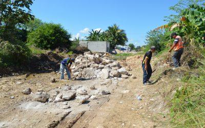 Se pavimentan calles y se construyen banquetas para familias de la zona continental de Isla Mujeres