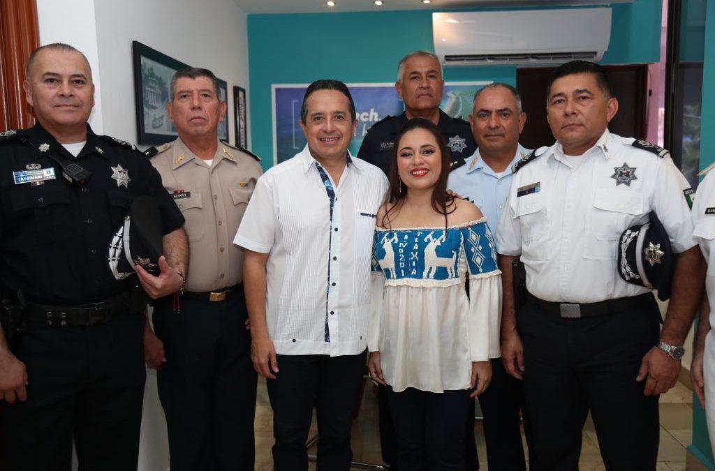 ((FOTOS)) El gobernador Carlos Joaquín durante la ceremonia de entrega de patrullas policiacas en la isla de Cozumel.