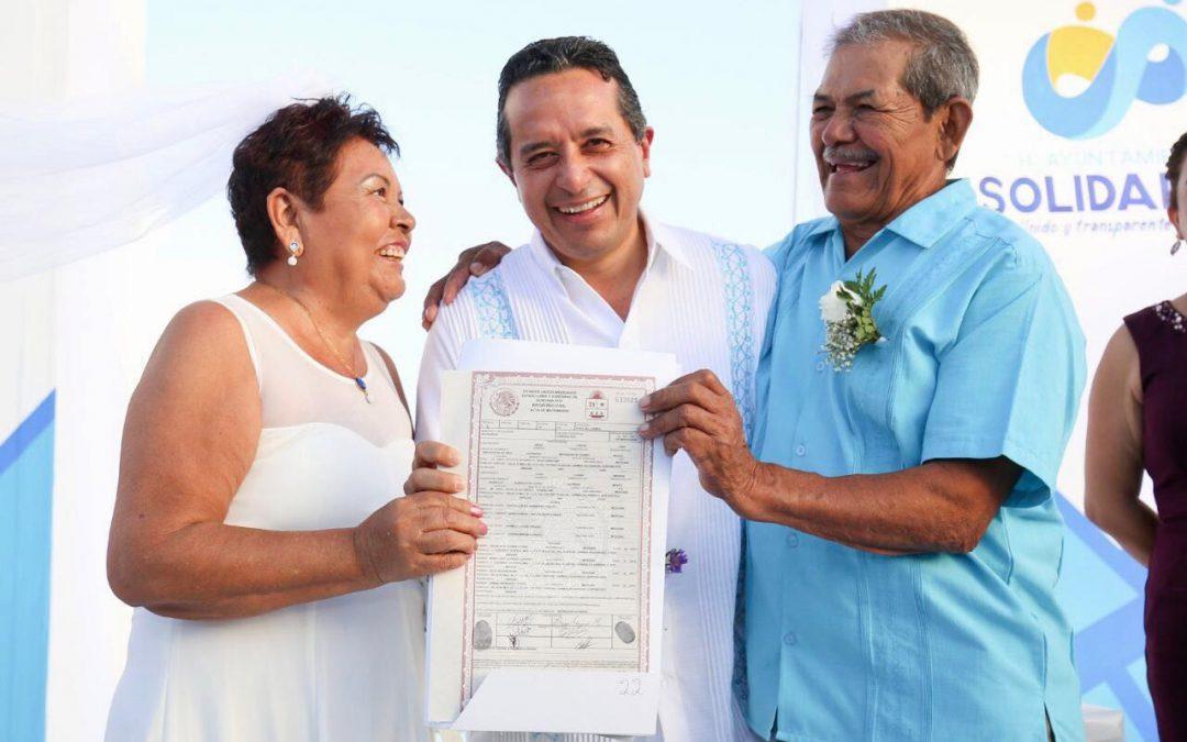 """((FOTOS)) El gobernador Carlos Joaquín encabezó el programa """"Bodas Colectivas 2018"""" en Playa del Carmen"""